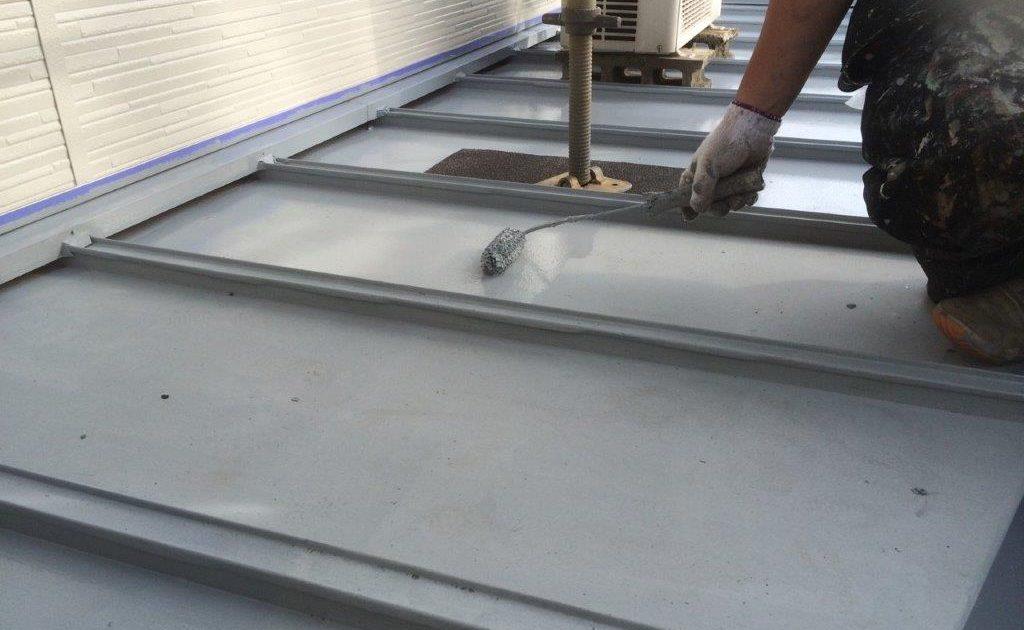 下屋根の中塗り