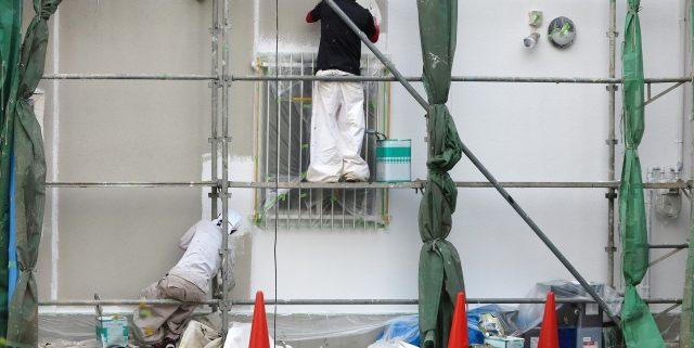 外壁塗装中の職人