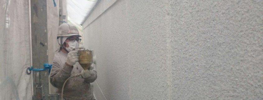 外壁の上塗り塗装中