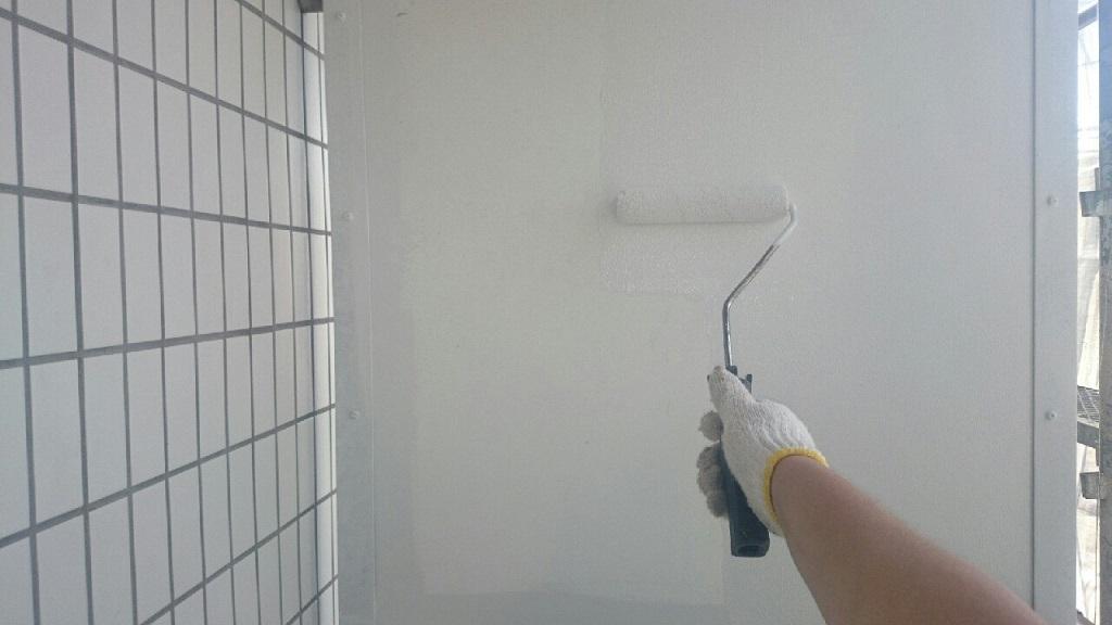 パーテーションの上塗り塗装'(1回目)
