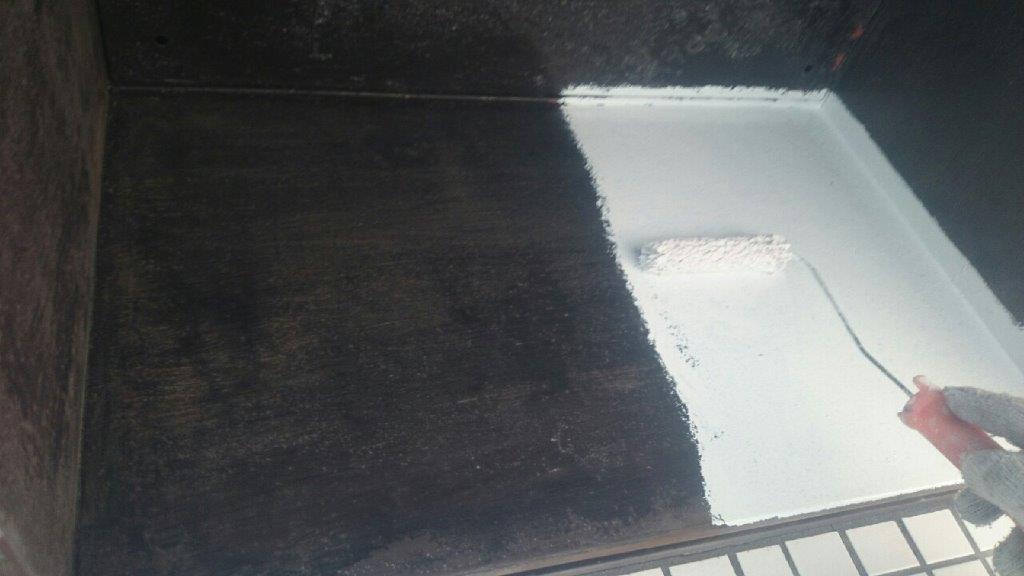 避難ハッチの下塗り塗装