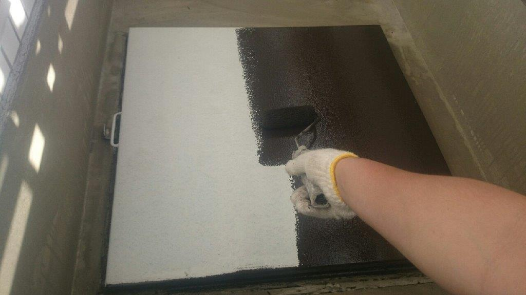 避難ハッチの中塗り塗装
