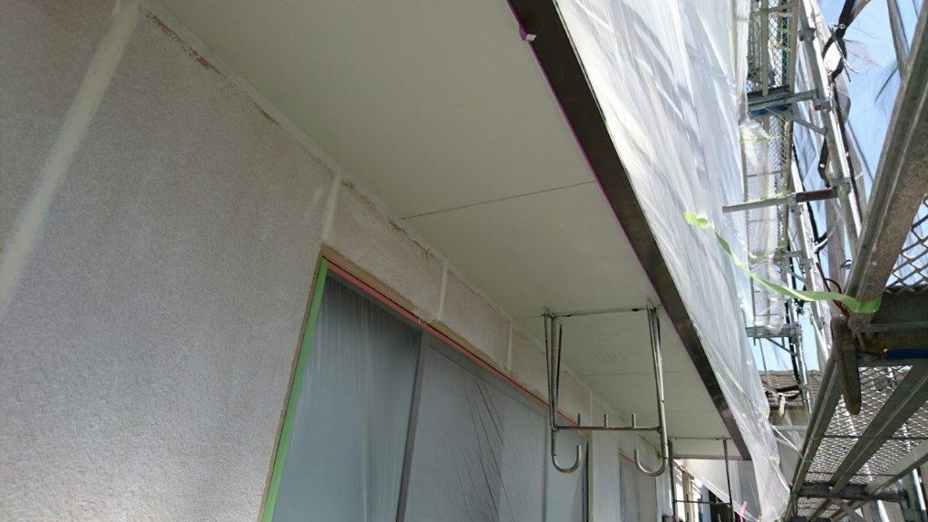 軒天の上塗り塗装(1回目)修了