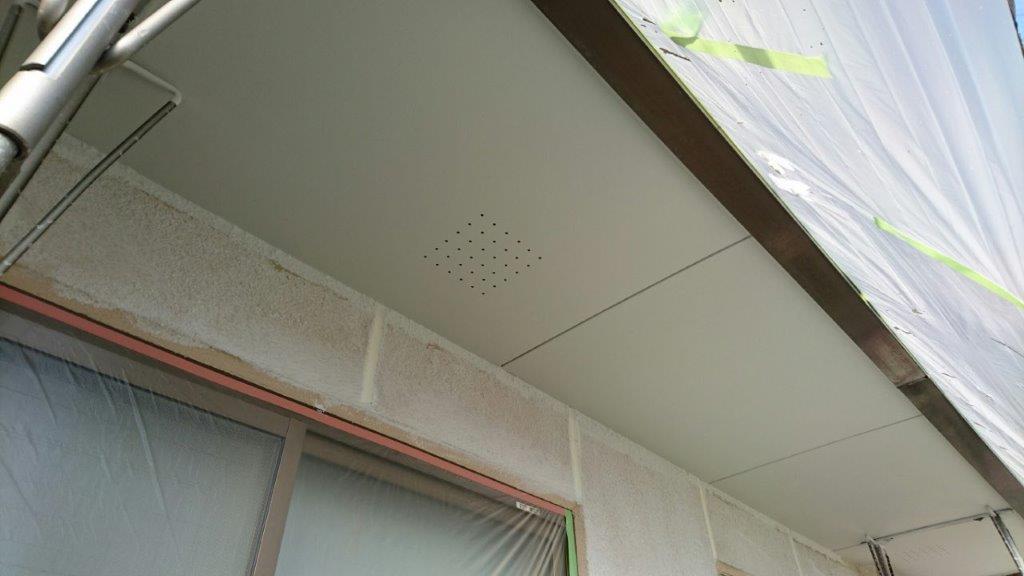 軒天の上塗り塗装(2回目)修了