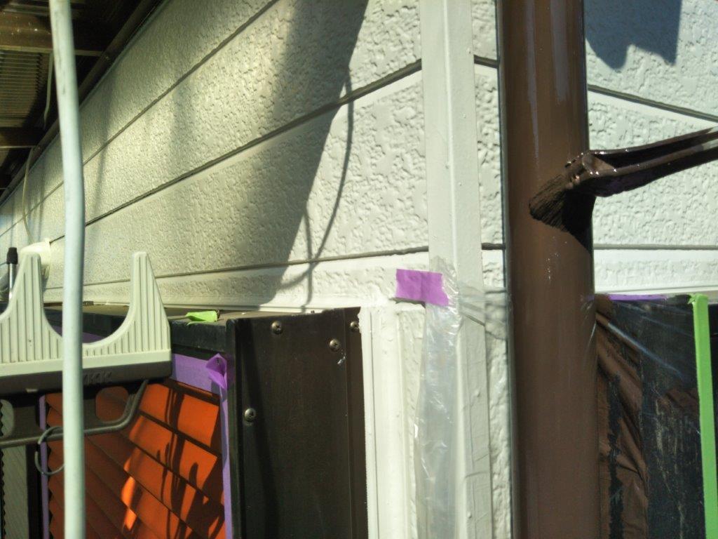 縦樋の中塗り塗装