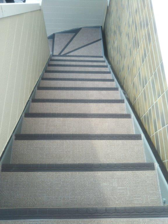 共用階段の長尺シート工事完工