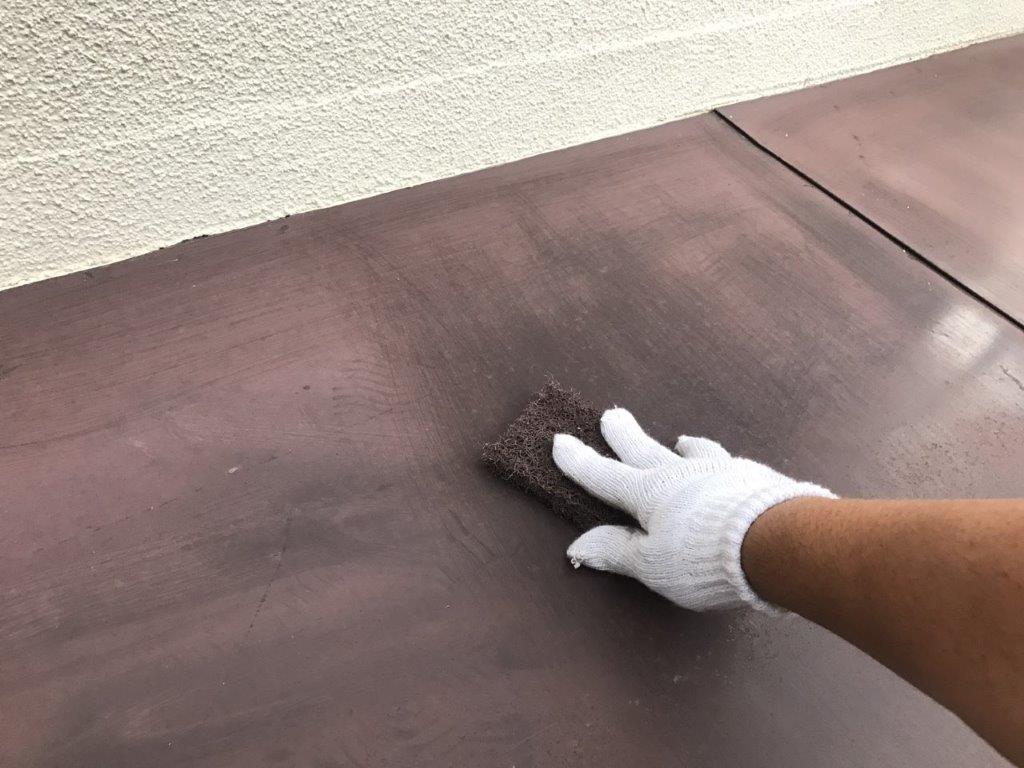 下屋根のケレン作業