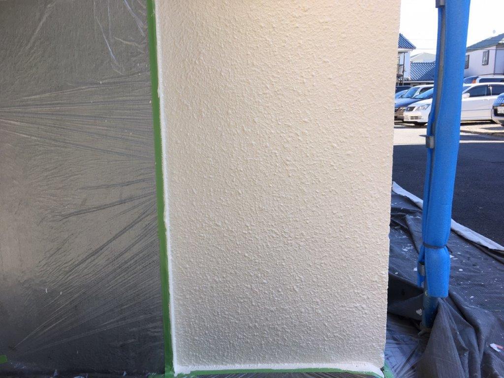 外壁の中塗り塗装後