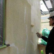 外壁の下塗り塗装中