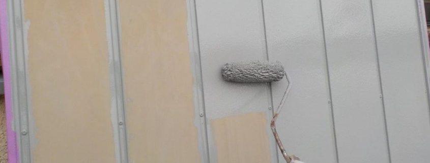 雨戸の下塗り塗装中