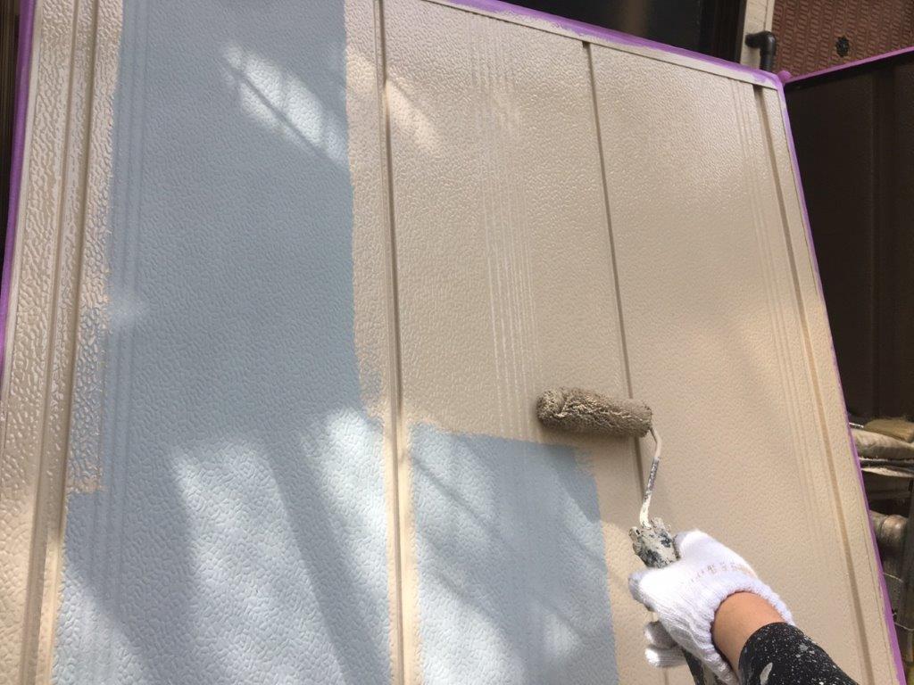 雨戸の中塗り塗装中
