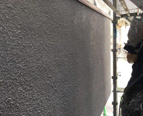 外壁の中塗り塗装中