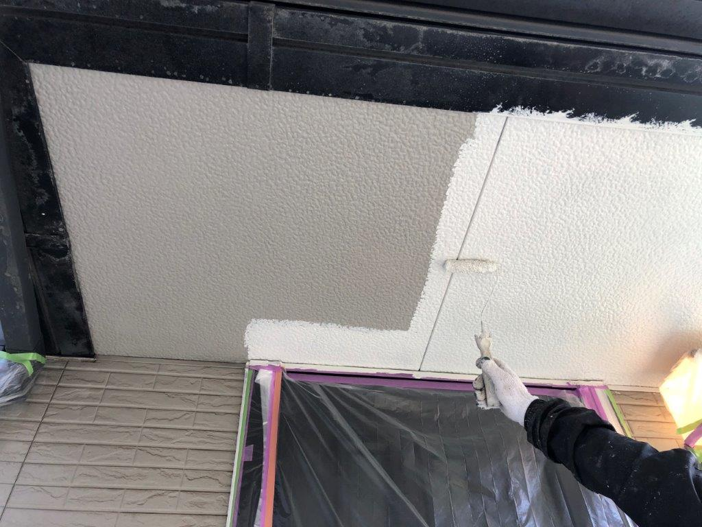 軒天の中塗り塗装