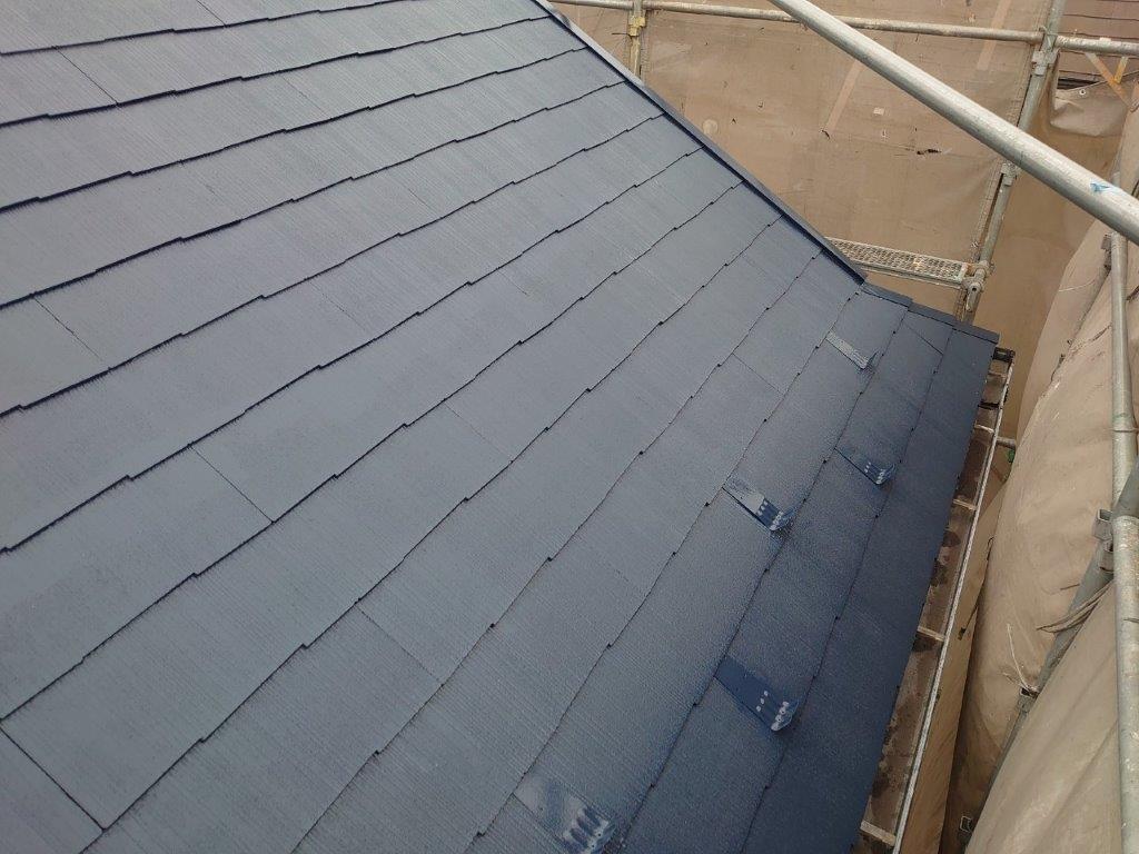 屋根の中塗り塗装後