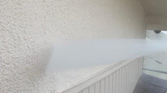 外壁の高圧洗浄中